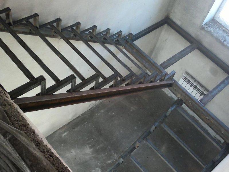 Как сделать лестницу если есть металлический каркас 1