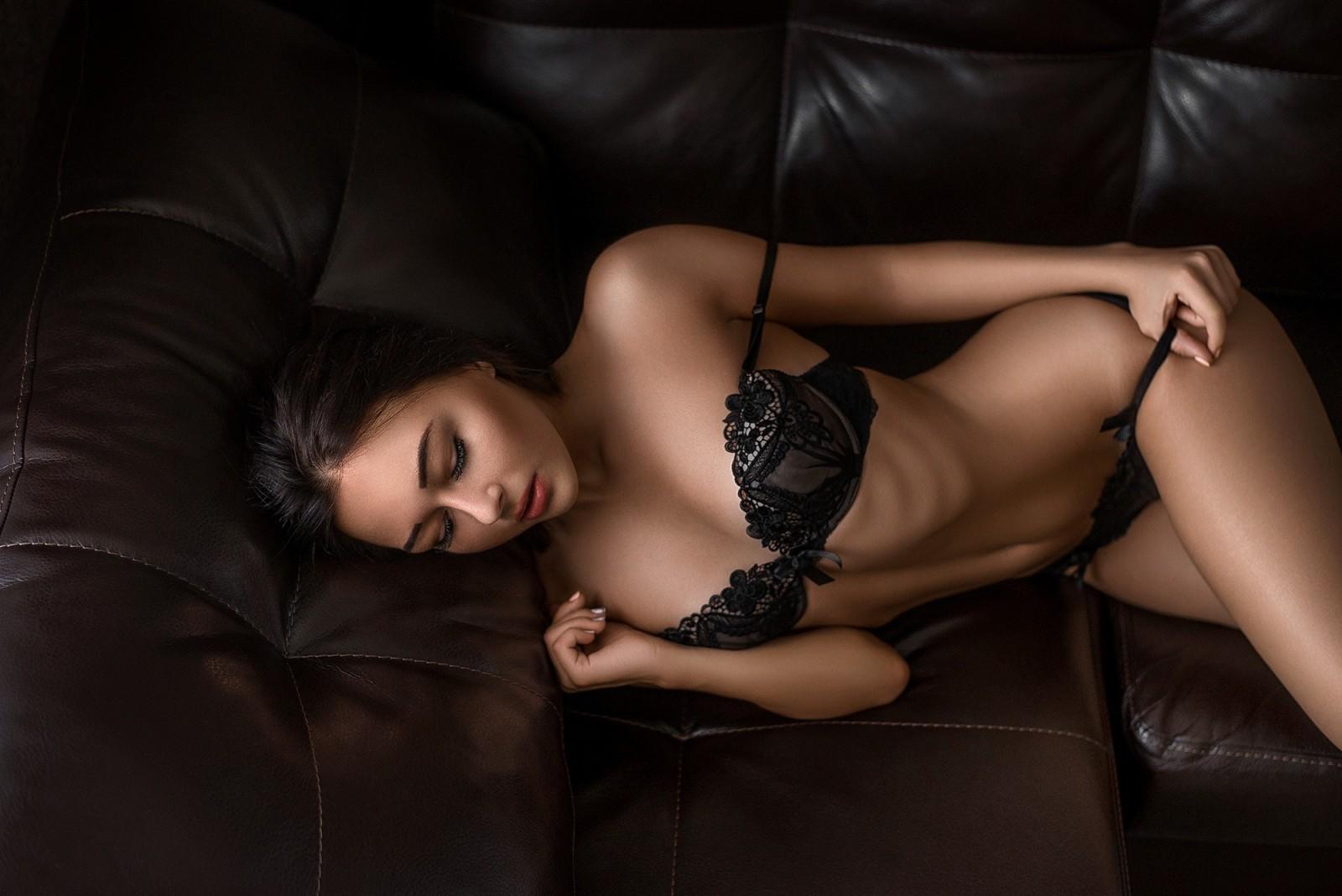 Теперь сладострастная чертовка Welli Angel спустила сексуальные трусики