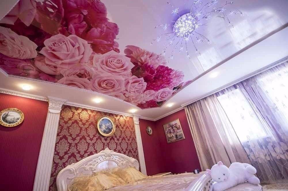 Фото натяжные потолки спечатью цветы