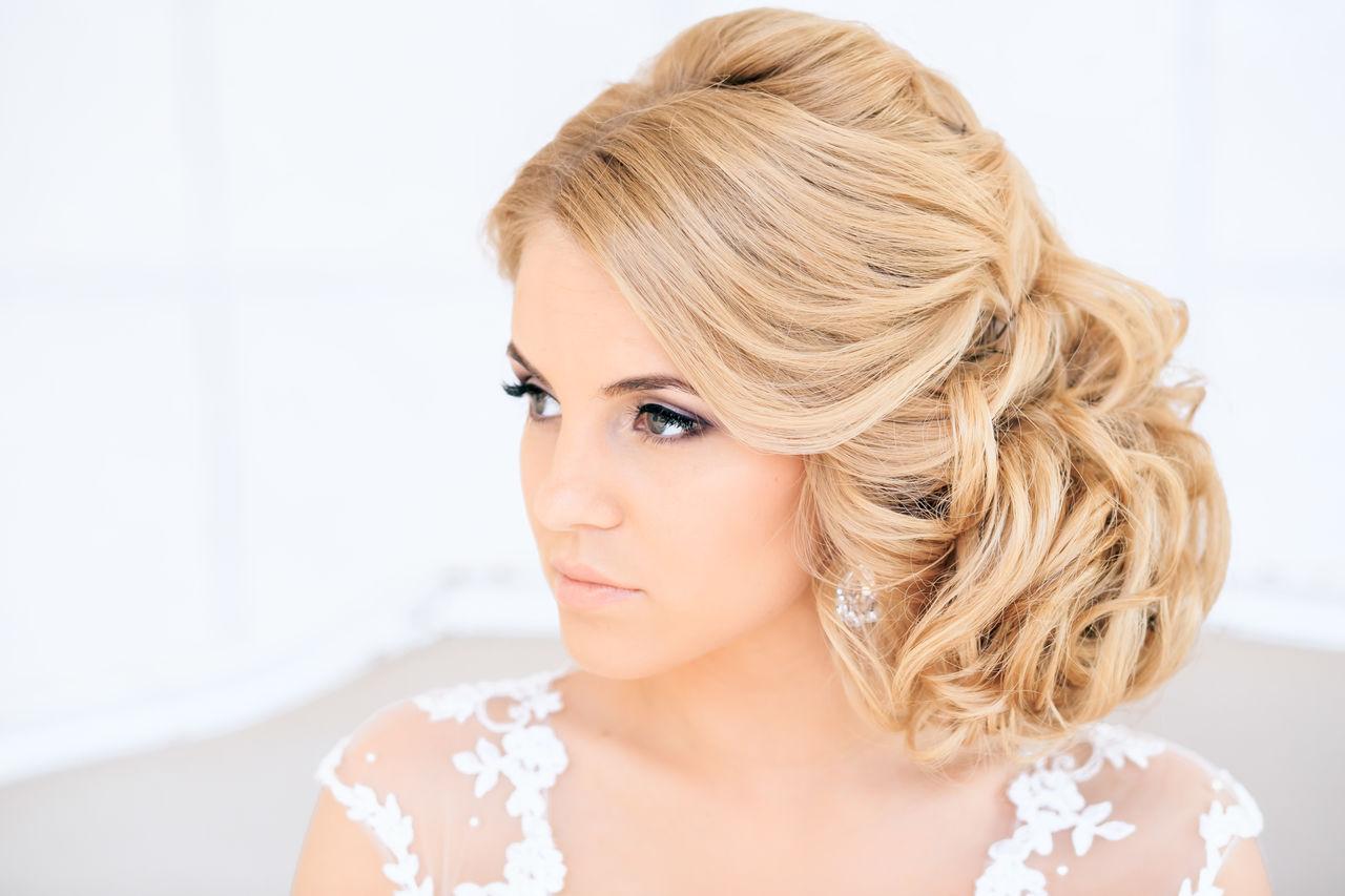 Прическа на одну сторону на средние волосы фото