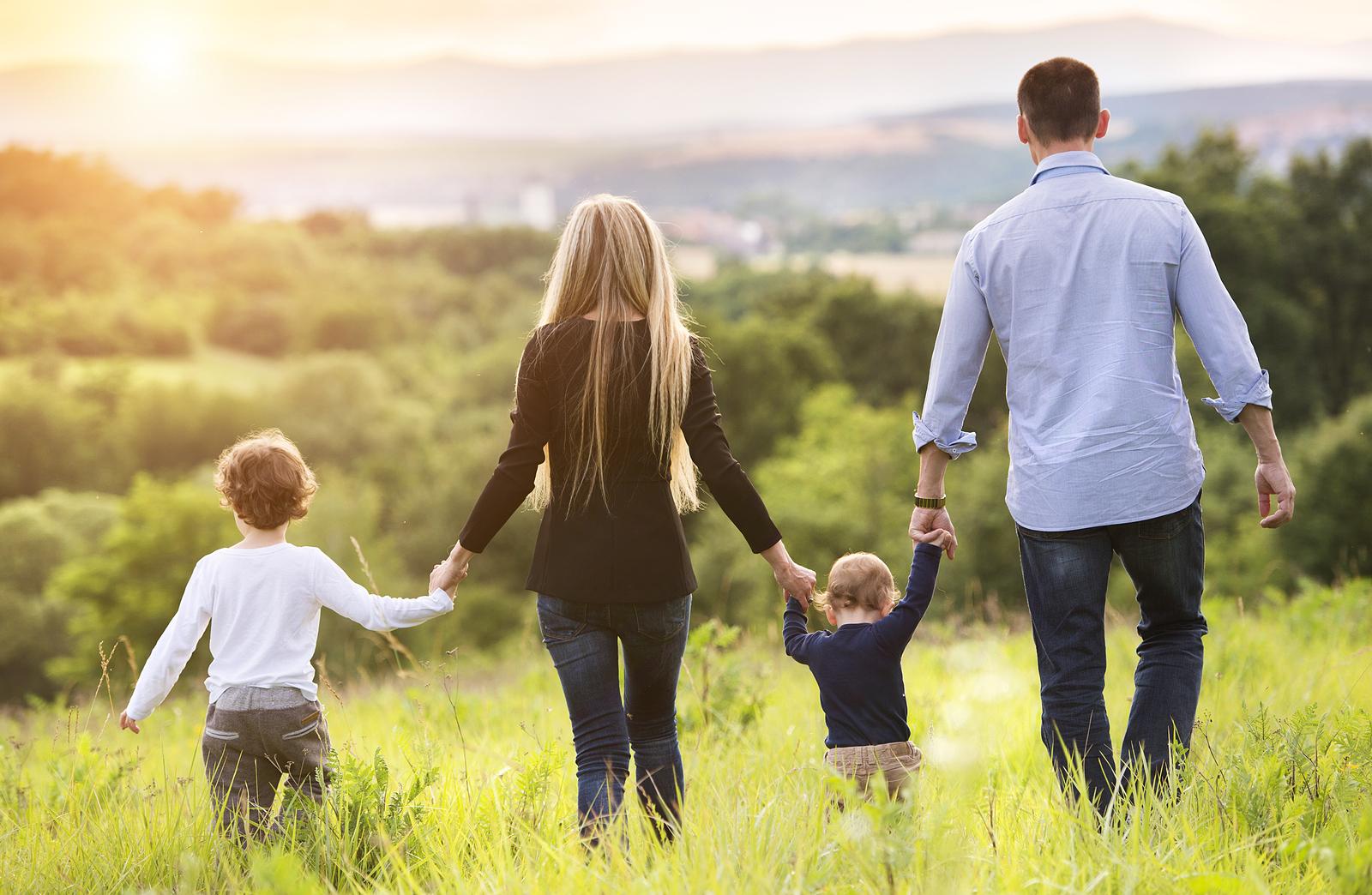 Фото семьи с двумя детьми со спины