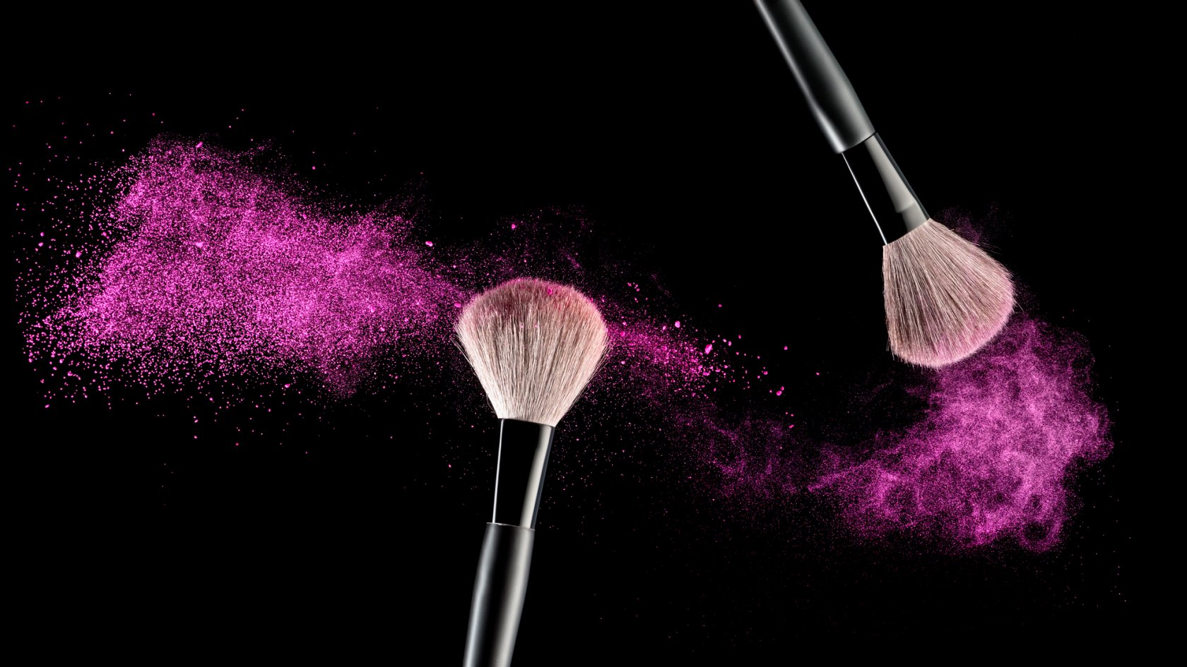 Кисти для макияжа на черном фоне