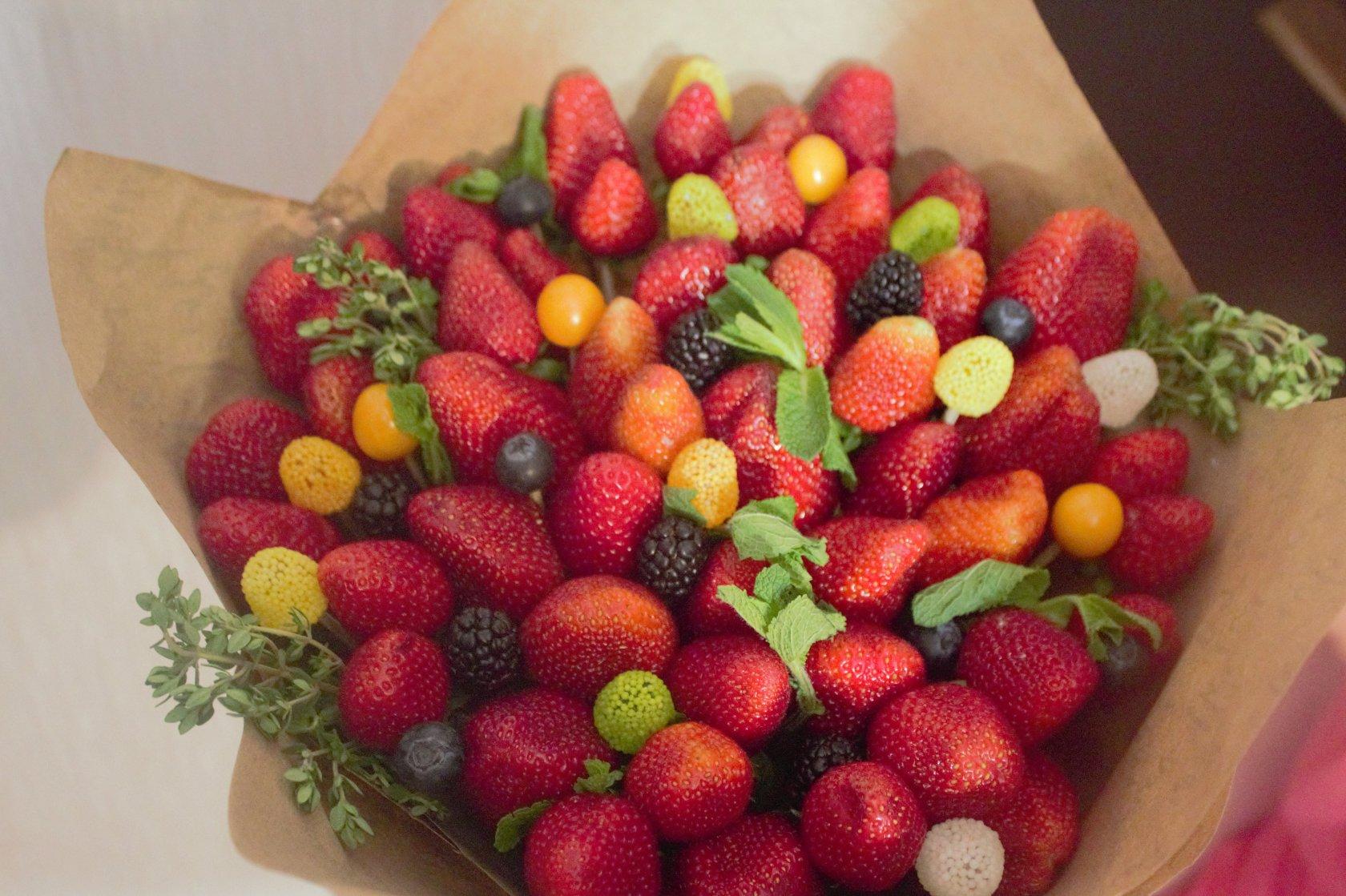 Букет из фруктов своими руками из клубники 8