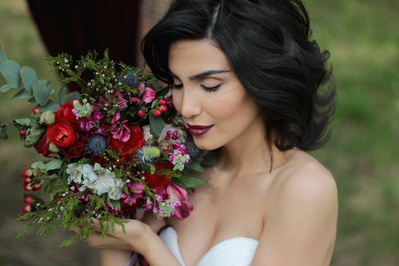 Цветы в прическу брюнеткам