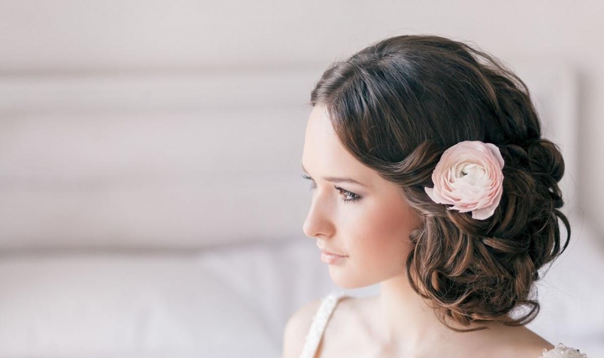Причёски с цветами брюнетки фото