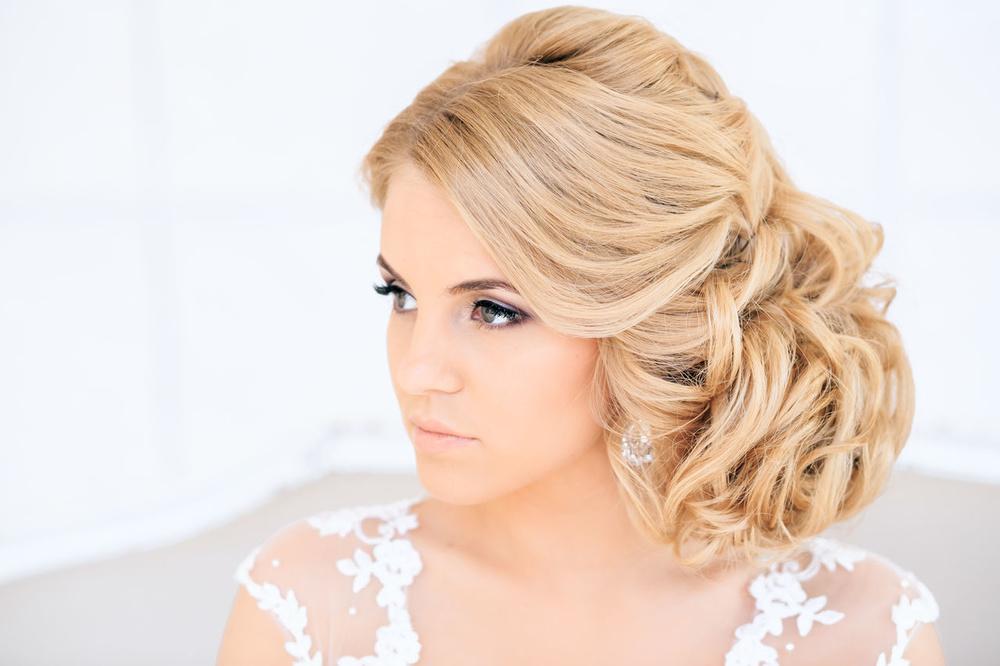 Свадебные прически на средние волосы на один бок