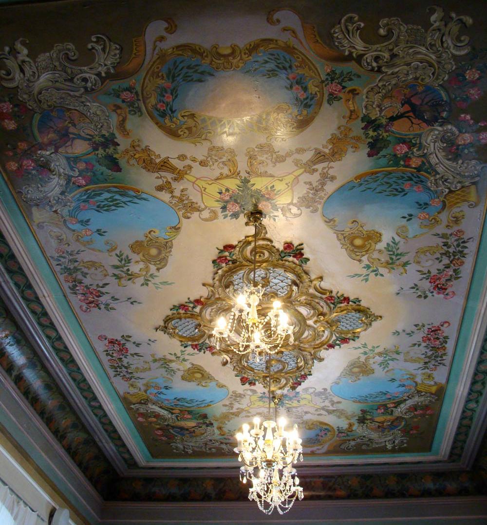 разукрашенный потолок в центре фото про винкс