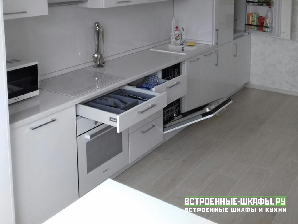 Встроенная прямолинейная кухня на заказ МДФ белый глянец