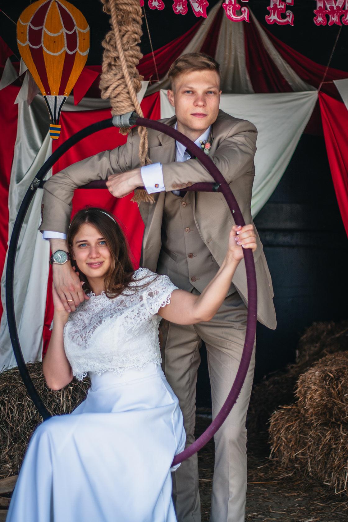 Жених и невеста в интерьере цирка