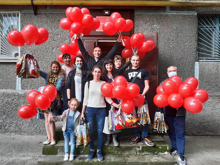 Никопольская ячейка Партии Шария поздравила детей - фото