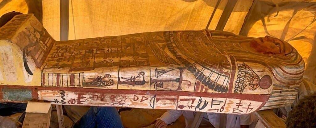 Египетский саркофаг 2500-летней давности