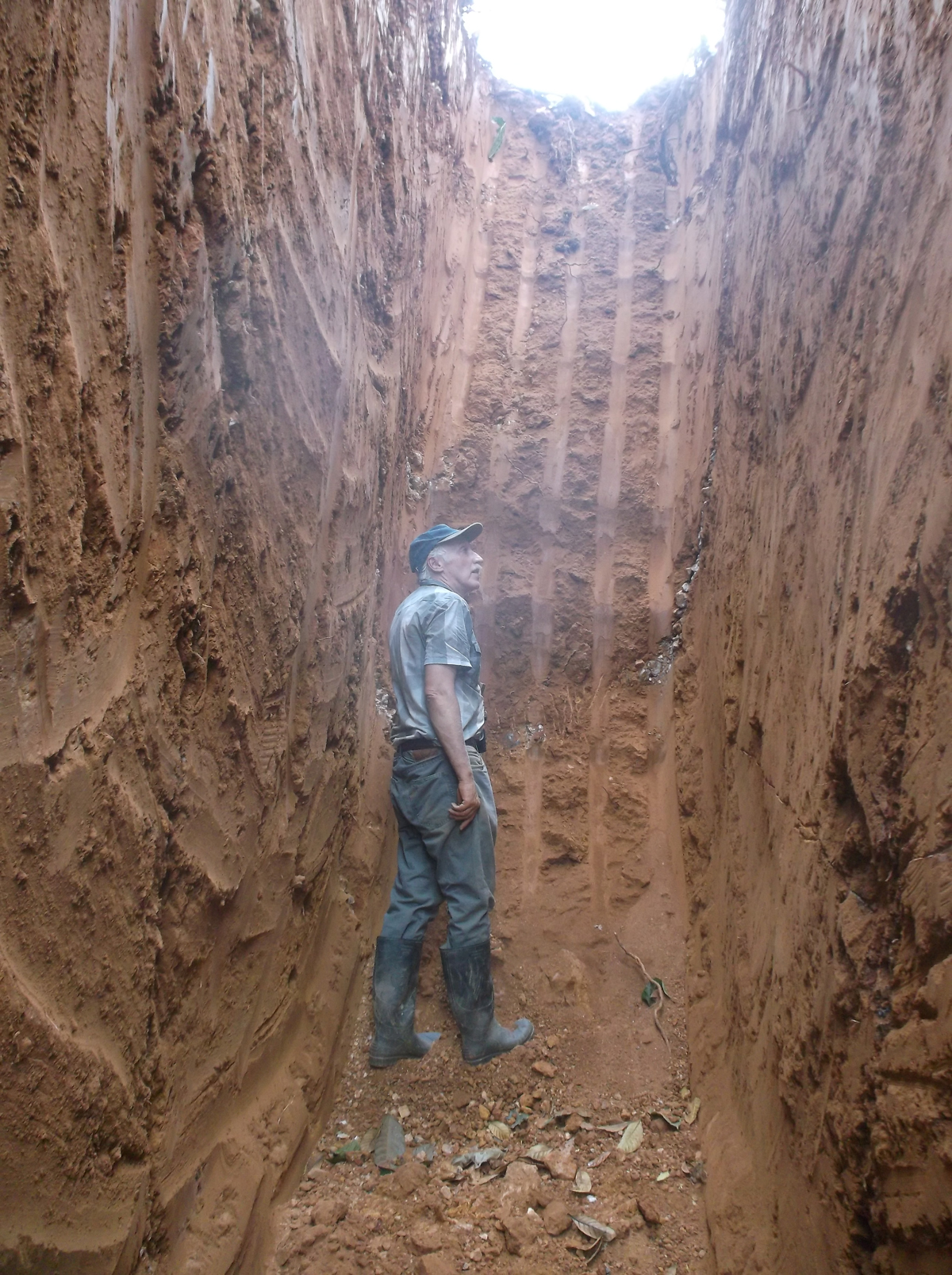 Kubi East TR3 - DMQ President & cross cutting quartz vein south east end of trench