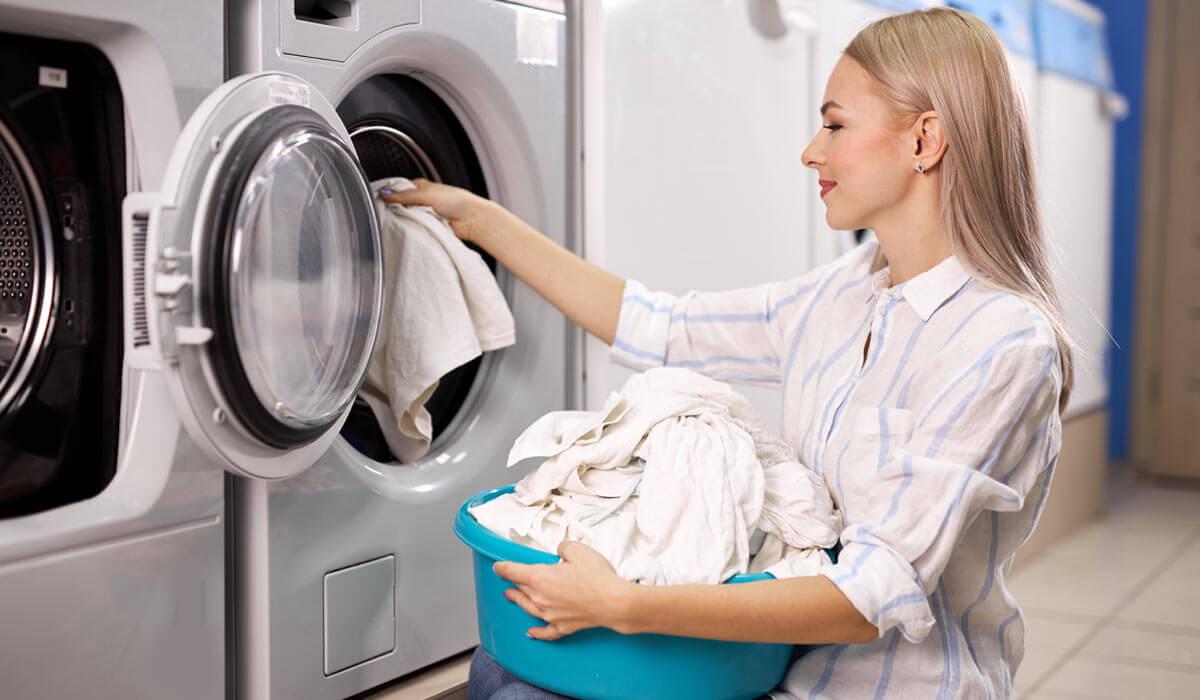 Вижте полезни съвети как да избегнете оцветяването на белите дрехи и да отстраните появилите се петна и оцветявания, така че дрехите да възвърнат ослепително белия си цвят.