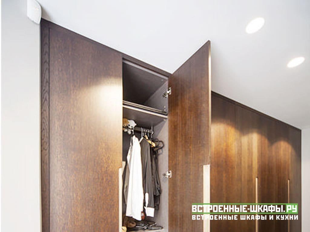 Встроенный распашной шкаф для одежды в спальню шпонированный