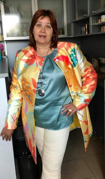 Свежо дамско манто с красив дизайнерски принт, представено в голям размер от клиентка на онлайн магазин Efrea.