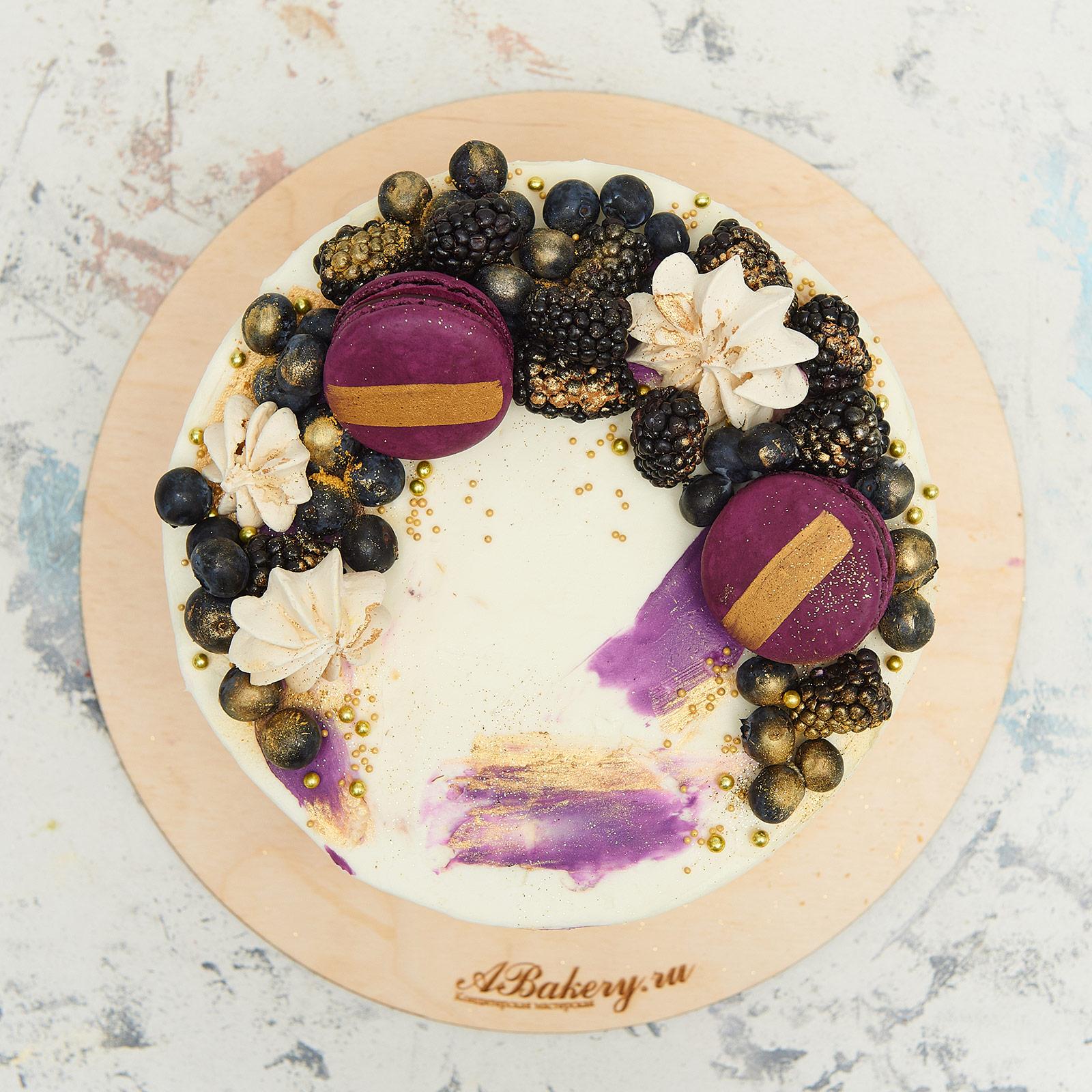 торт украшенный ежевикой