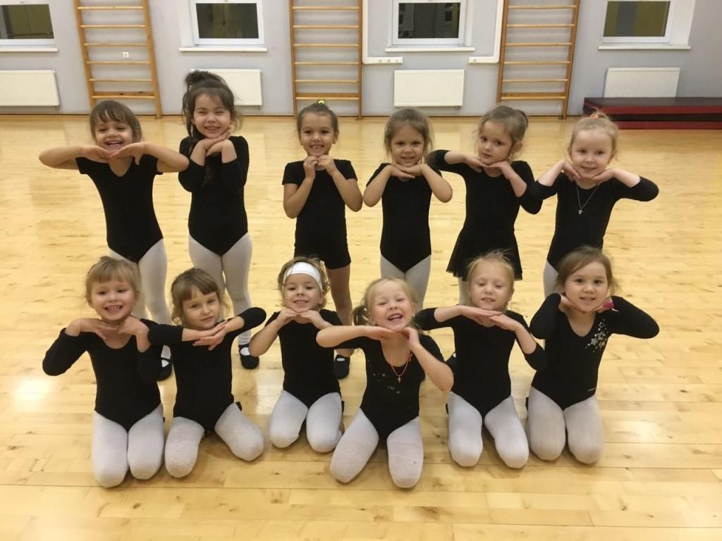 Показать полностью для детей постарше в программу включены занятия у хореографического станка.