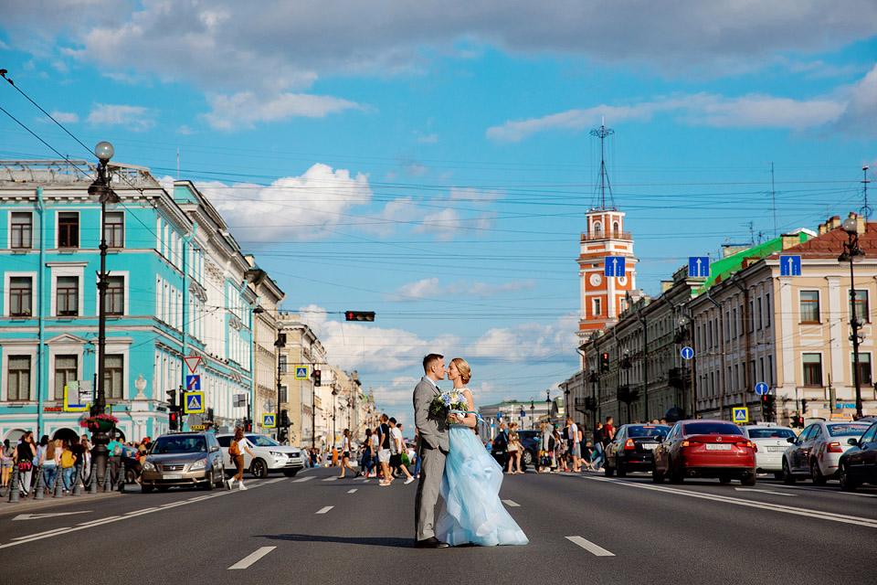 Фото посередине Невского, свадебная фотосессия
