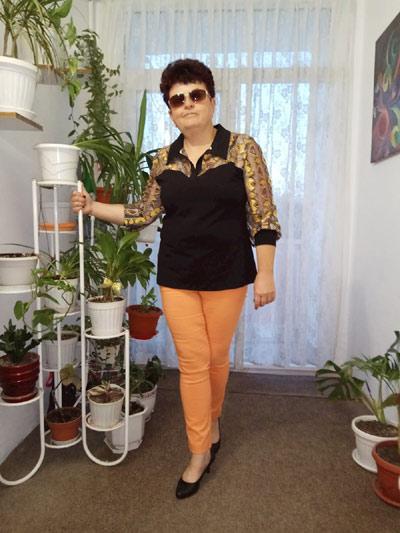 Черна дамска блуза от трико от пениран памук и ефектни цветни ръкави.