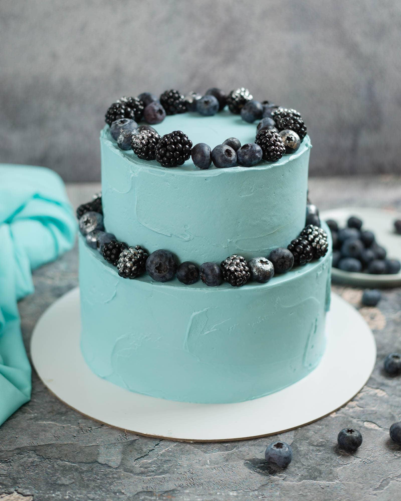 Декор бисквитного торта черникой