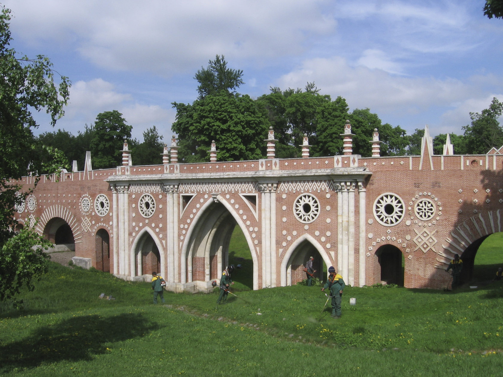 И, конечно, шедевр русской и московской усадебной готики - Царицыно. Большой готический мост (был в руинах - восстановлен в наши дни после того, как Царицыно вновь стало музеем).