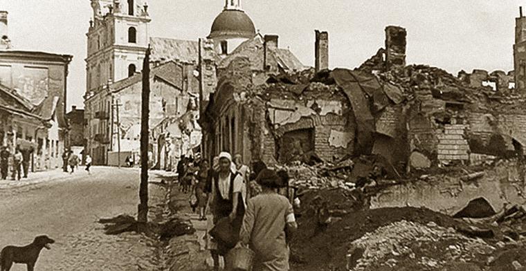 Улица Мещанская (нынешняя улица Батория) после бомбардировки. Конец июня 1941 г.