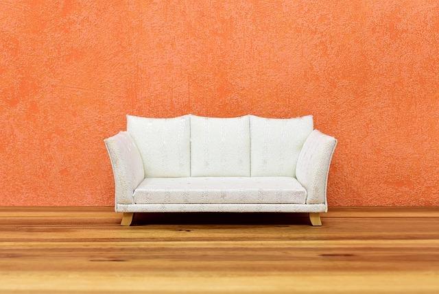 белый диван на оранжевом фоне