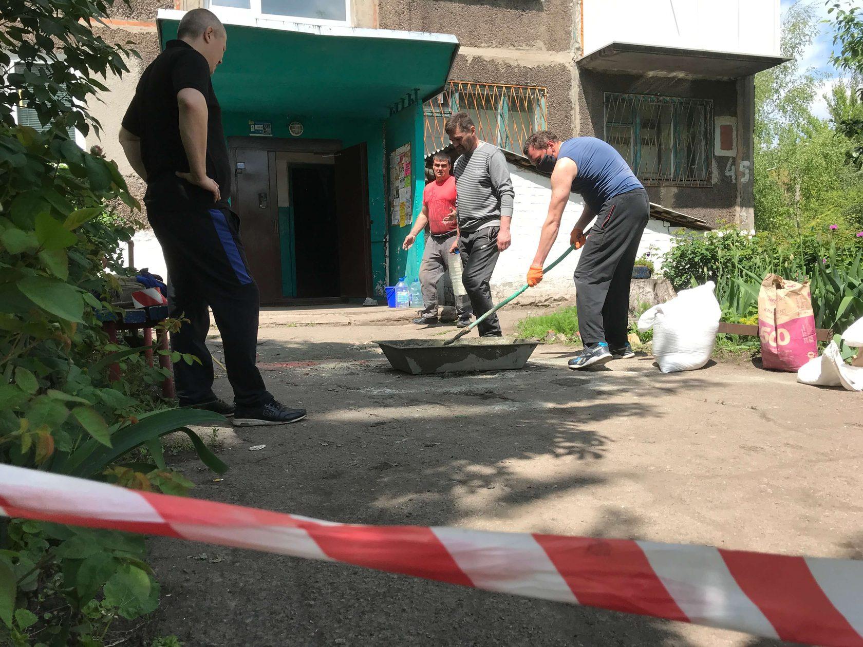 Партия Шария устраняет ямы во дворе дома в Мирнограде
