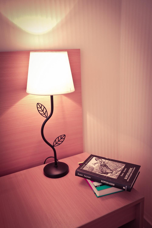 Тумбочка в трехместном номере с видом на море в отеле Марсель, Лермонтово