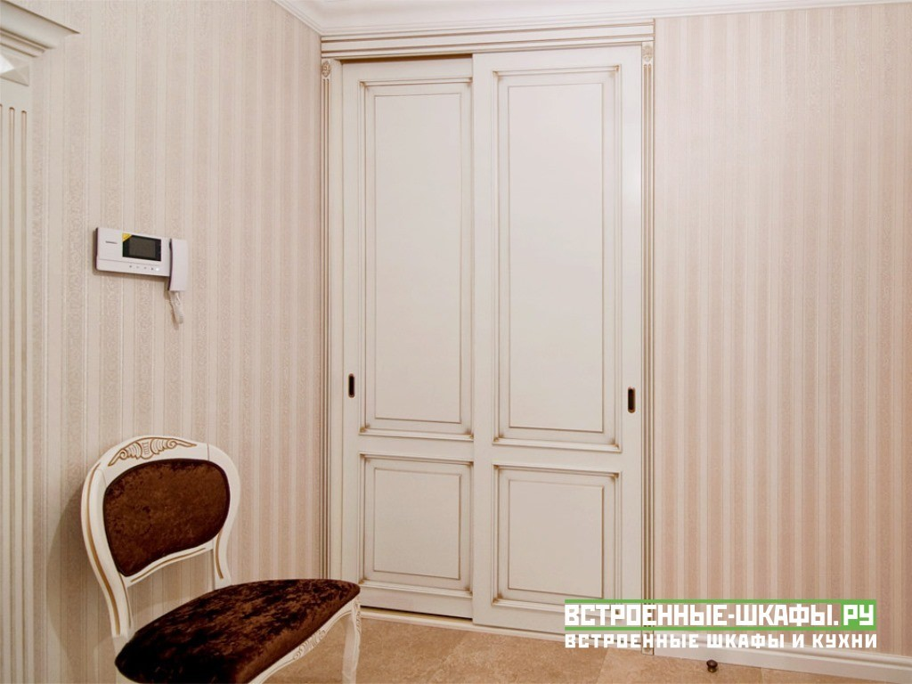 Встроенный в нише шкаф купе из дерева в классическом стиле