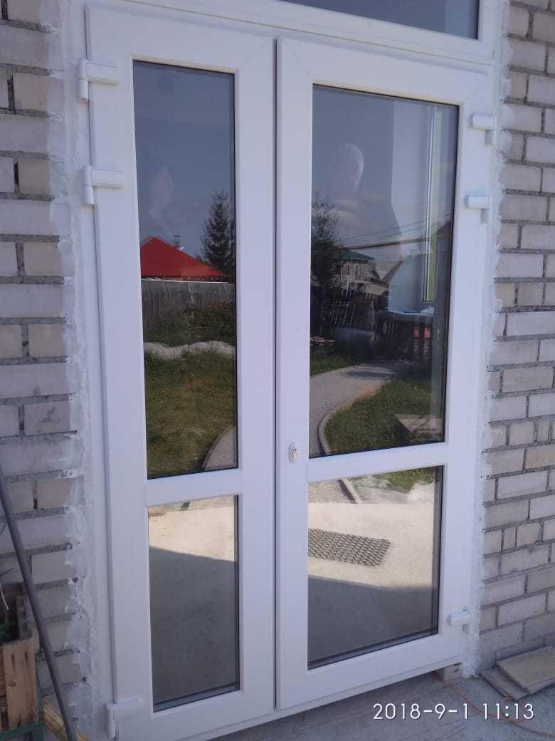 Двустворчатая дверь с тонированными нижними стеклопакетами