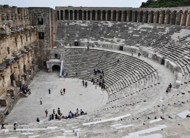 Античный амфитеатр города Иераполиса, ныне — территория Памуккале в Турции