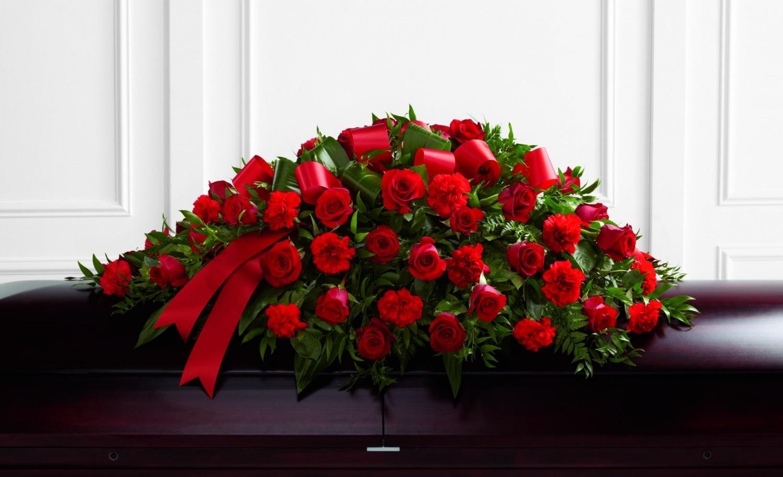 Ритуальный венок из красных, искусственных роз