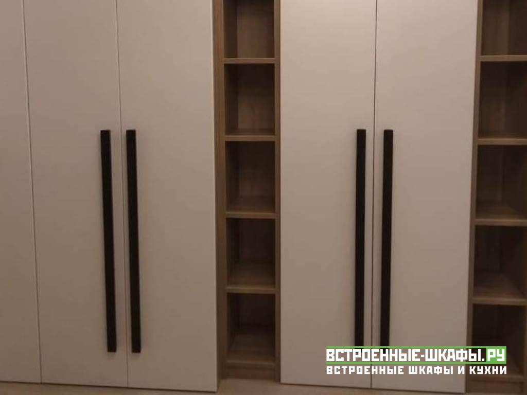 Угловой шкаф с распашными дверями и открытыми полками