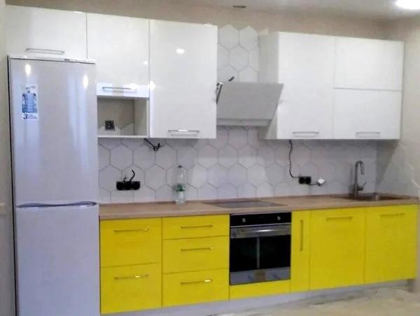 Прямая бело жёлтая кухня