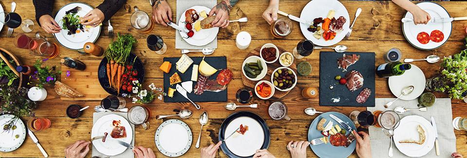 Стол с блюдами в кафе