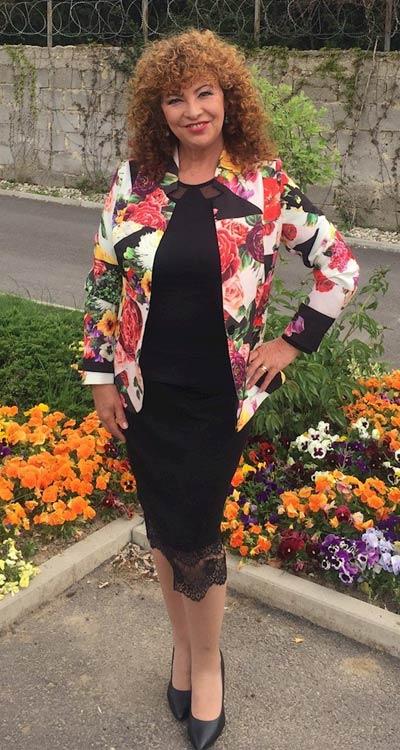 Водещата на телевизионното предаване Анфас с блуза, пола и дамско сако на цветя от Ефрея.