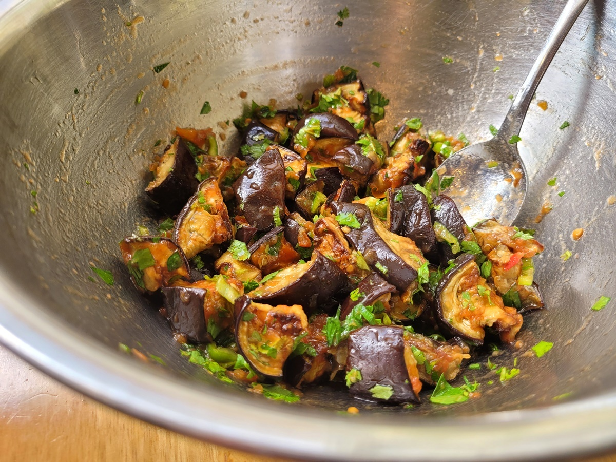 Пикантный, вкусный и полезный салат из баклажан. Фото рецепт. Израильская кухня.