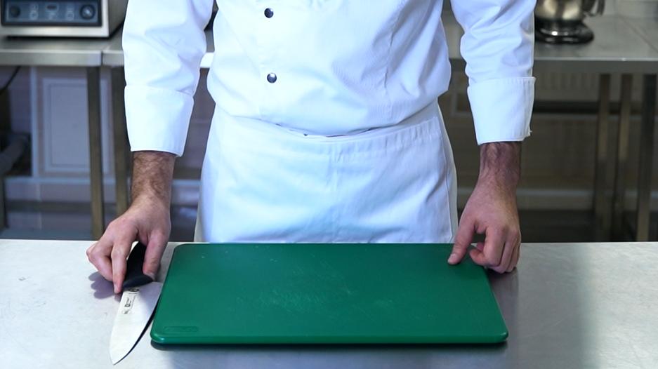 После работы нож кладется <br />к доске лезвием в доску