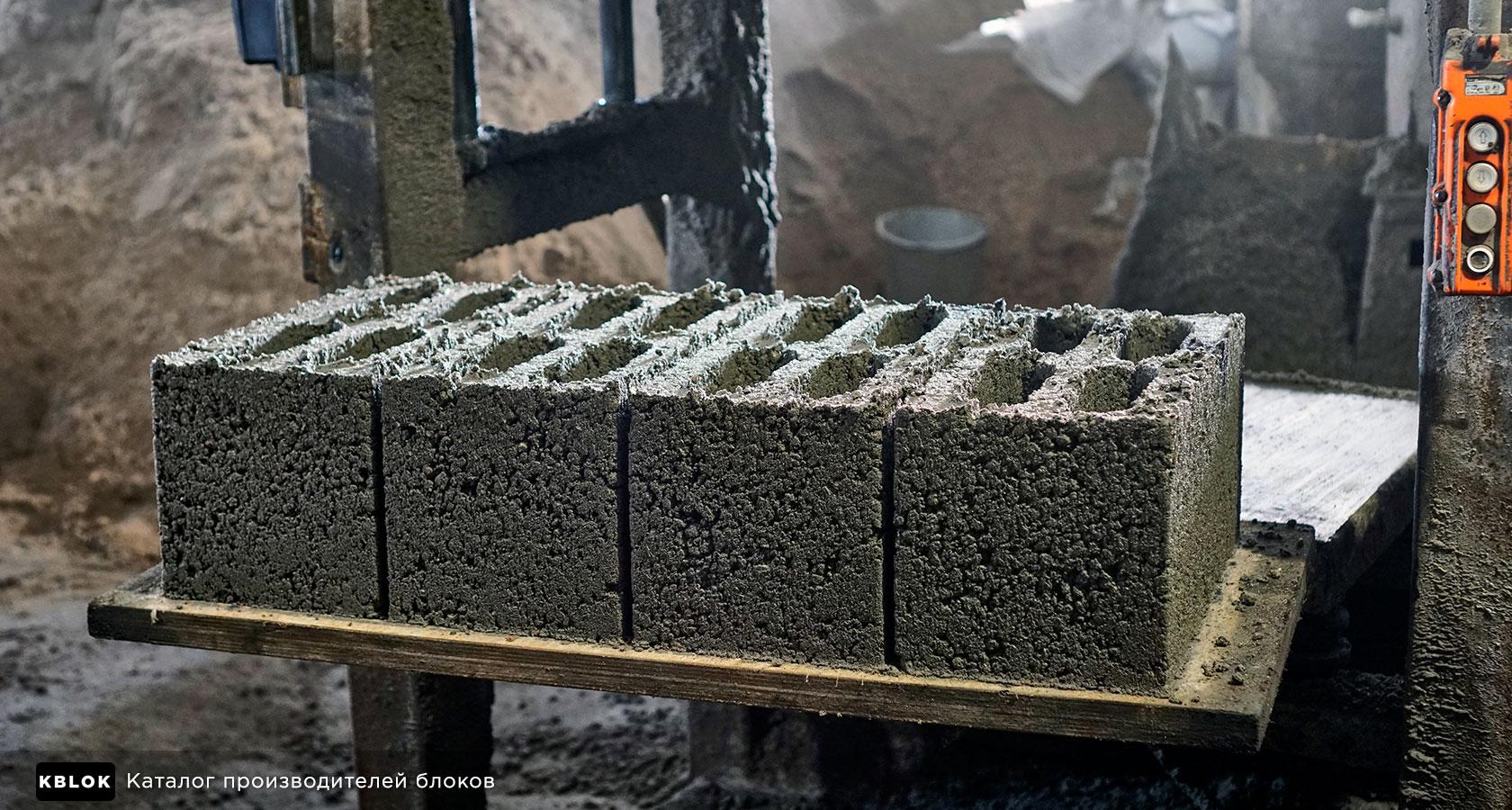 сырые керамзитобетонные блоки после формовки