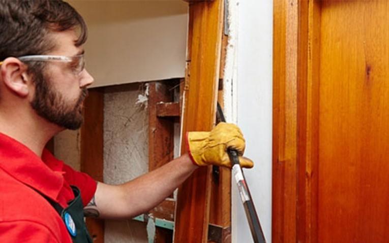 3. Демонтируйте старую дверь вместе с коробкой.