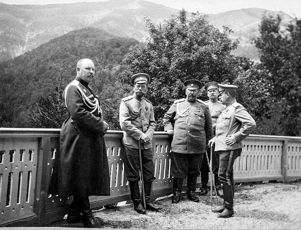 Николай II в окружении чинов охраны