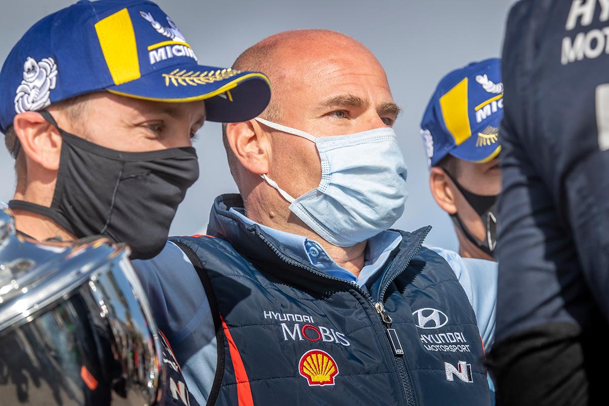 Руководитель Hyundai Motorsport Андреа Адамо на подиуме ралли Сардиния 2020