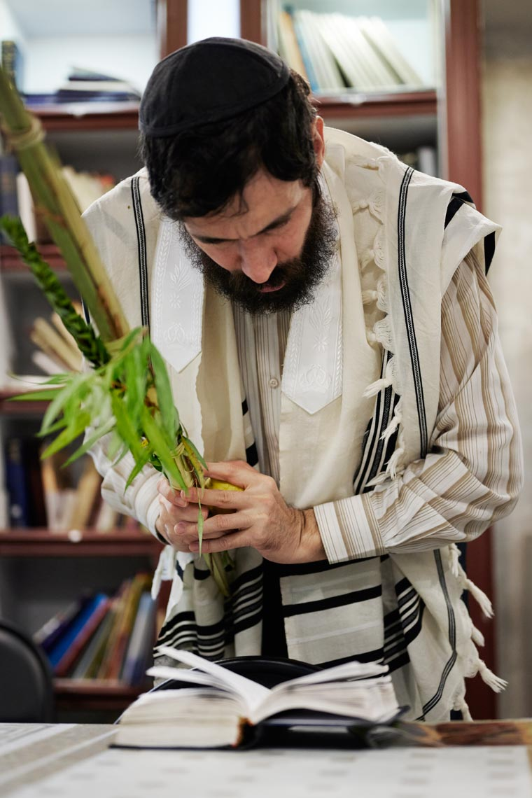 Молящийся с четырьмя растениями в общине Бейт Аарон. Фото Koldunova + Klyosov