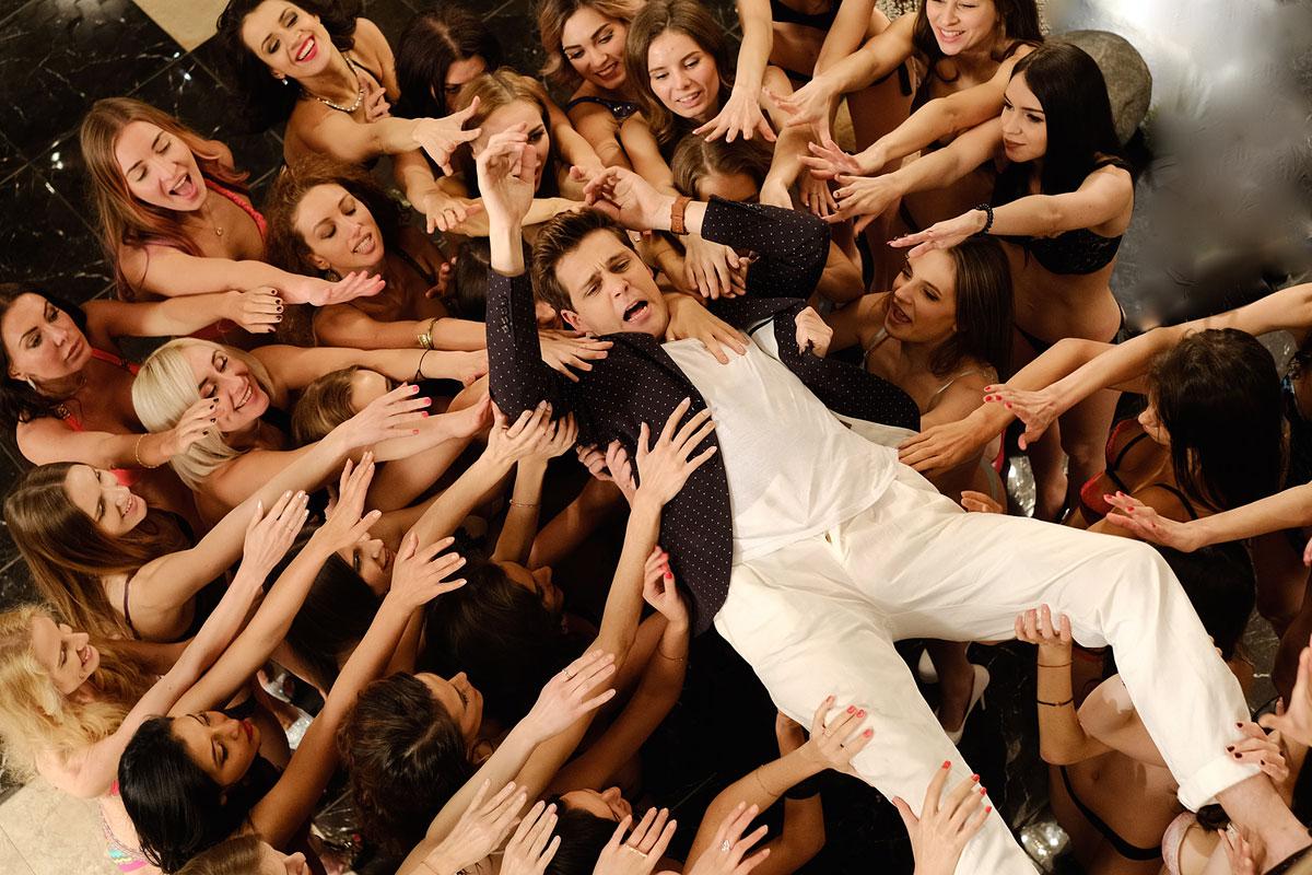 Фото один парень и много девушек