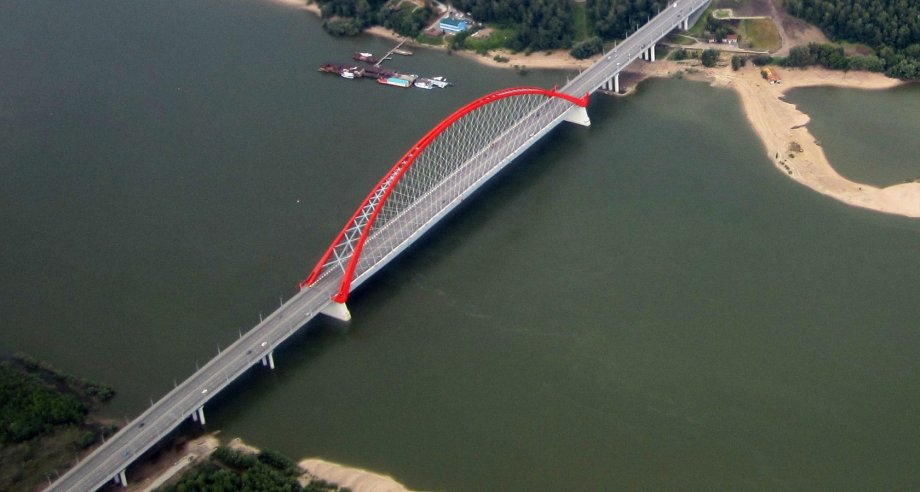 До появления четвертого моста через Обь основной городской поток автомобилей в Новосибирске принимает на себя Бугринский мост (фото: Википедия)