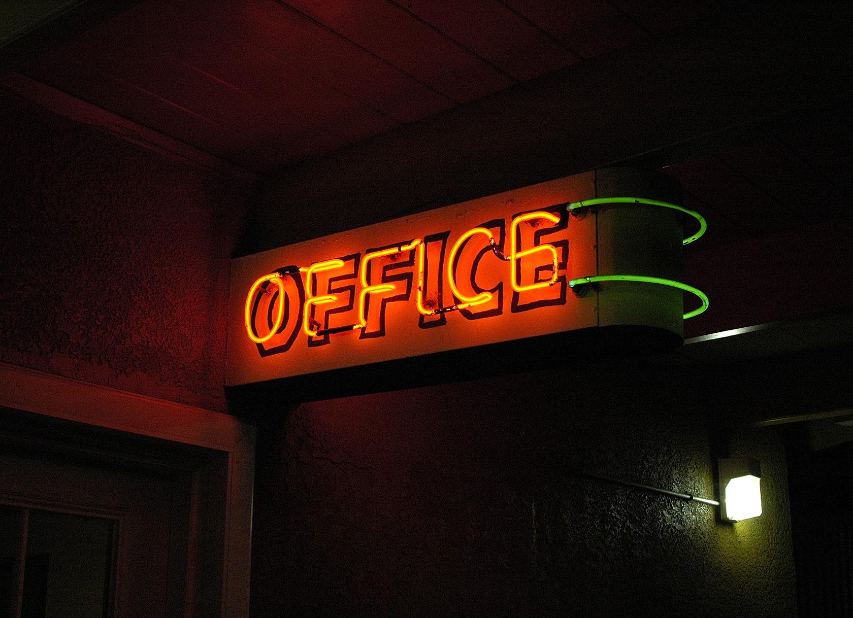 неоновая вывеска в офис