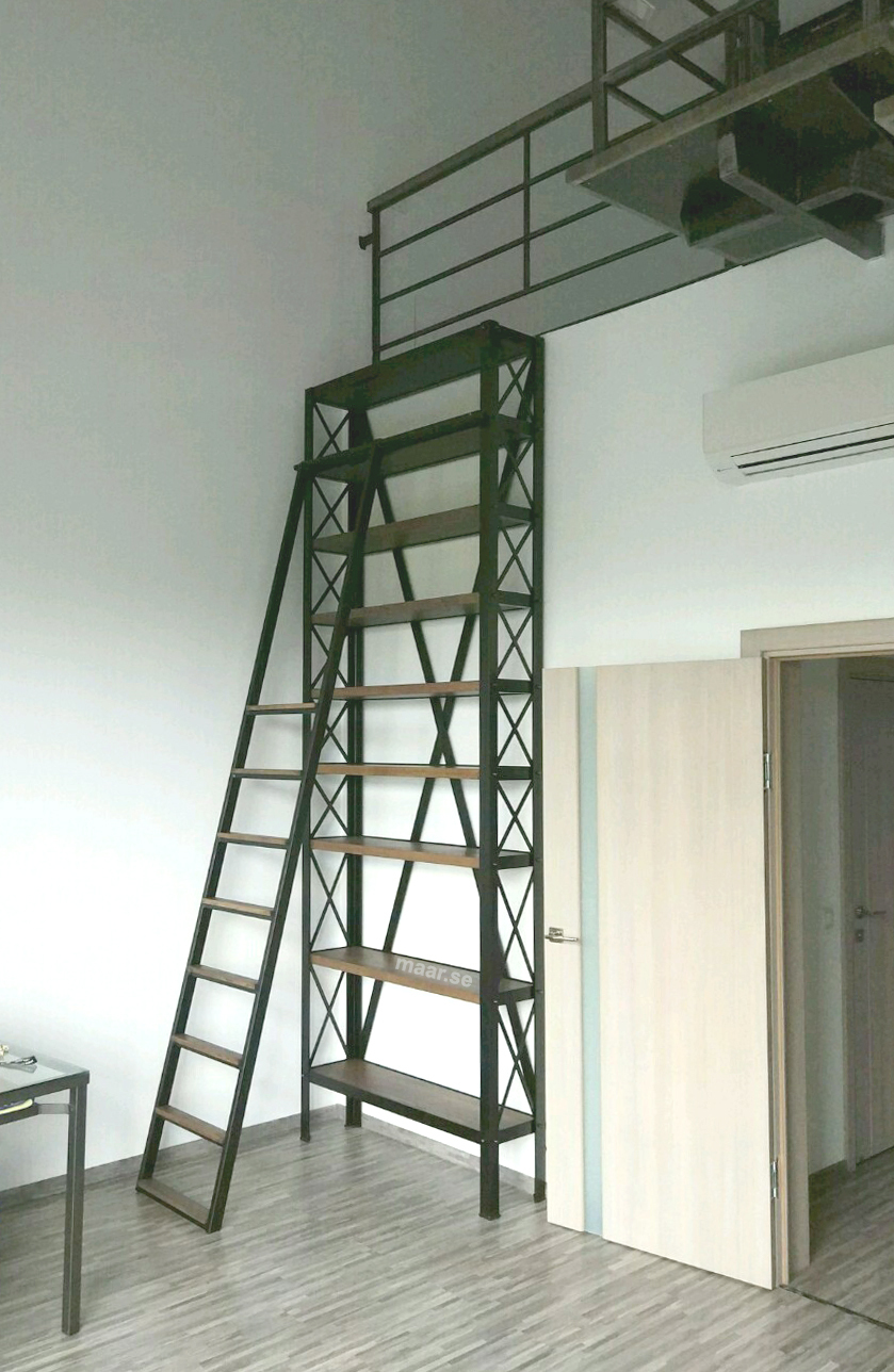 Стеллаж в стиле лофт - библиотека с передвижной лестницей