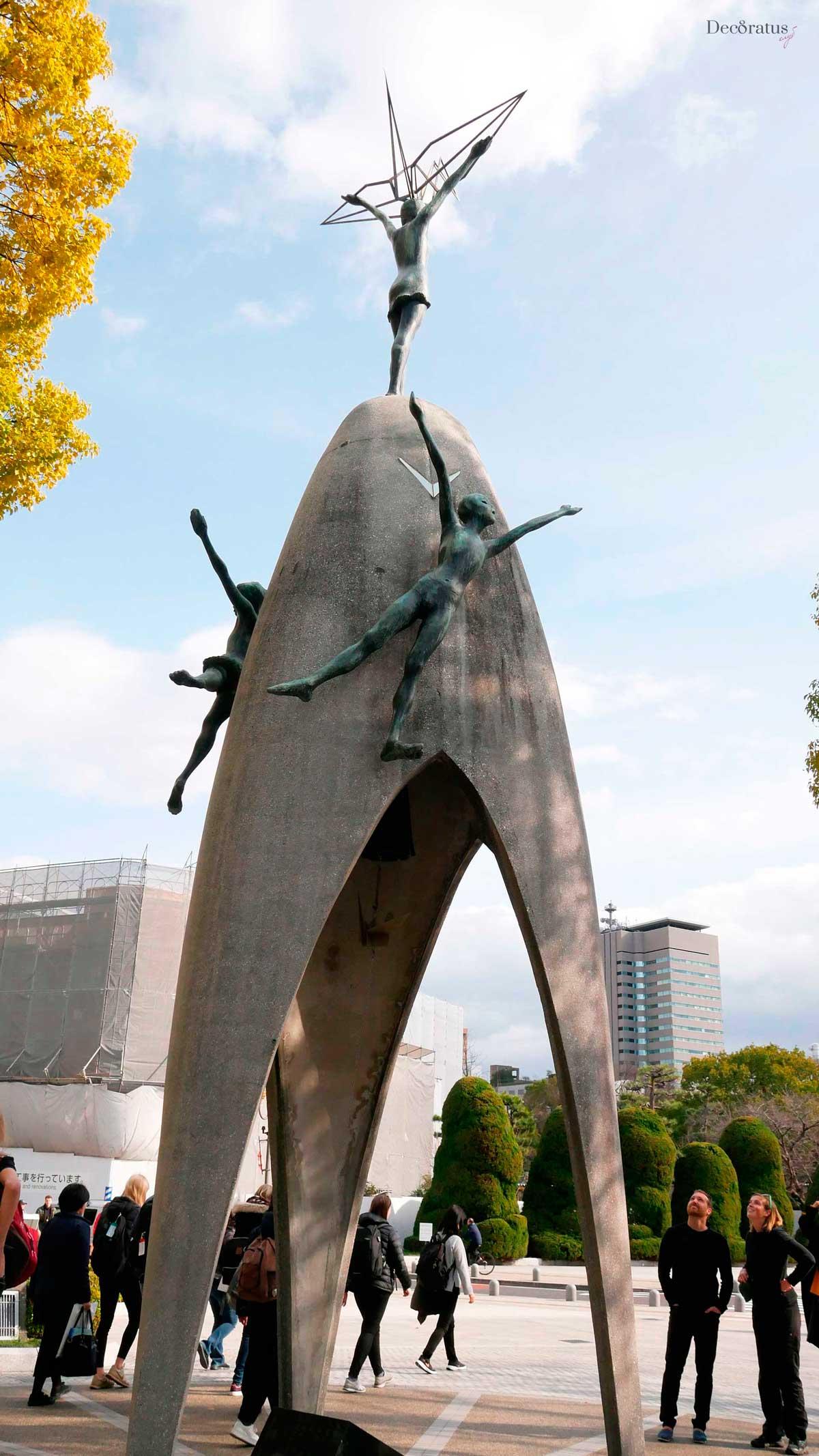 колокол памятник детям и девочке садако в хиросиме япония