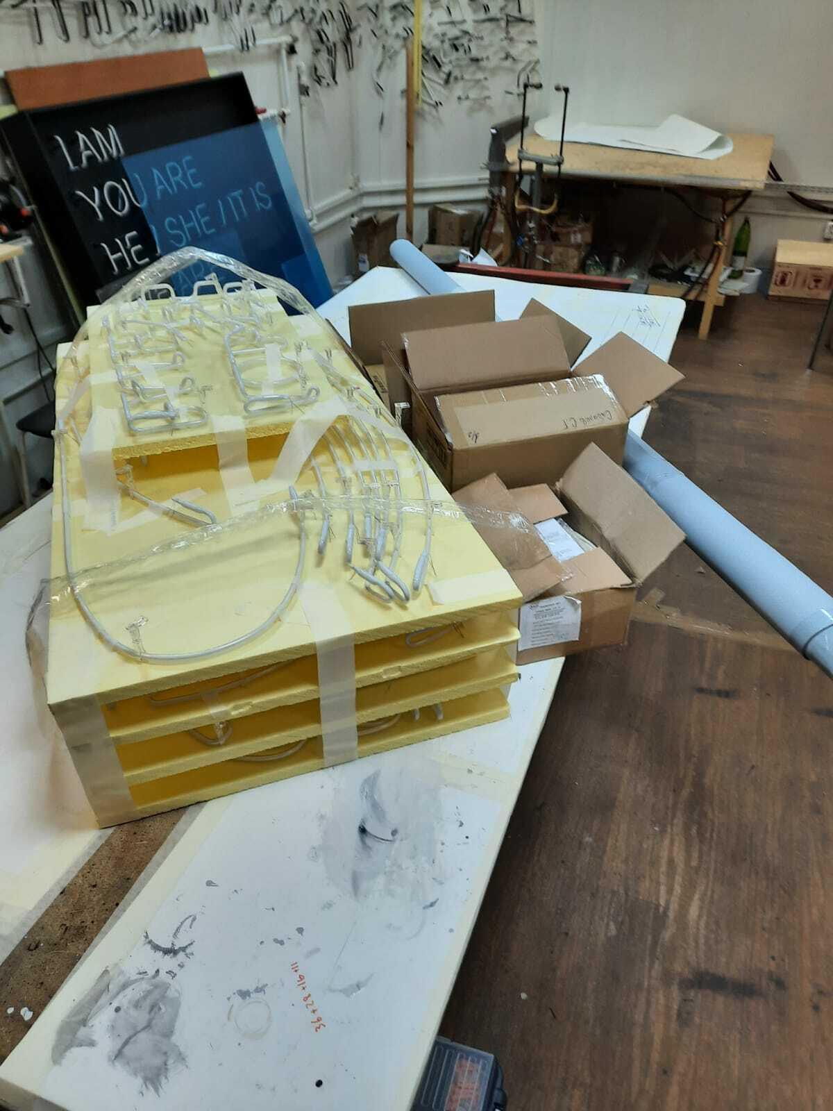Упаковка неона в ящики